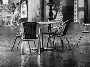 Waiting for custom, Girona